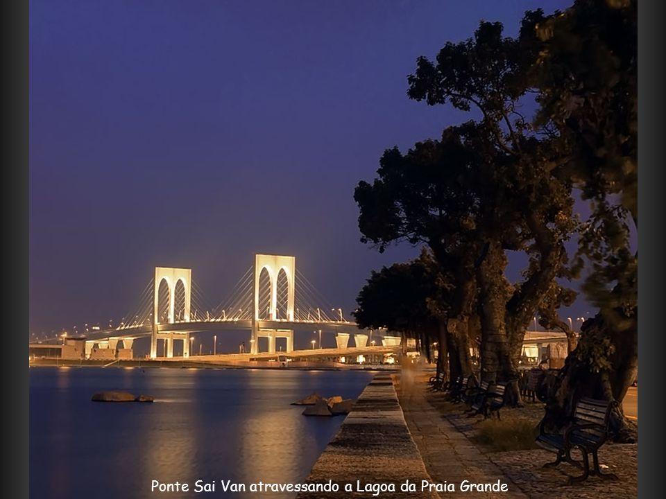 Ponte Sai Van atravessando a Lagoa da Praia Grande