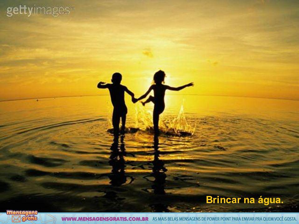 Brincar na água.