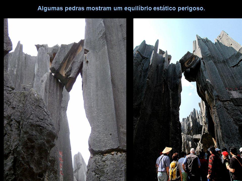 Algumas pedras mostram um equilíbrio estático perigoso.