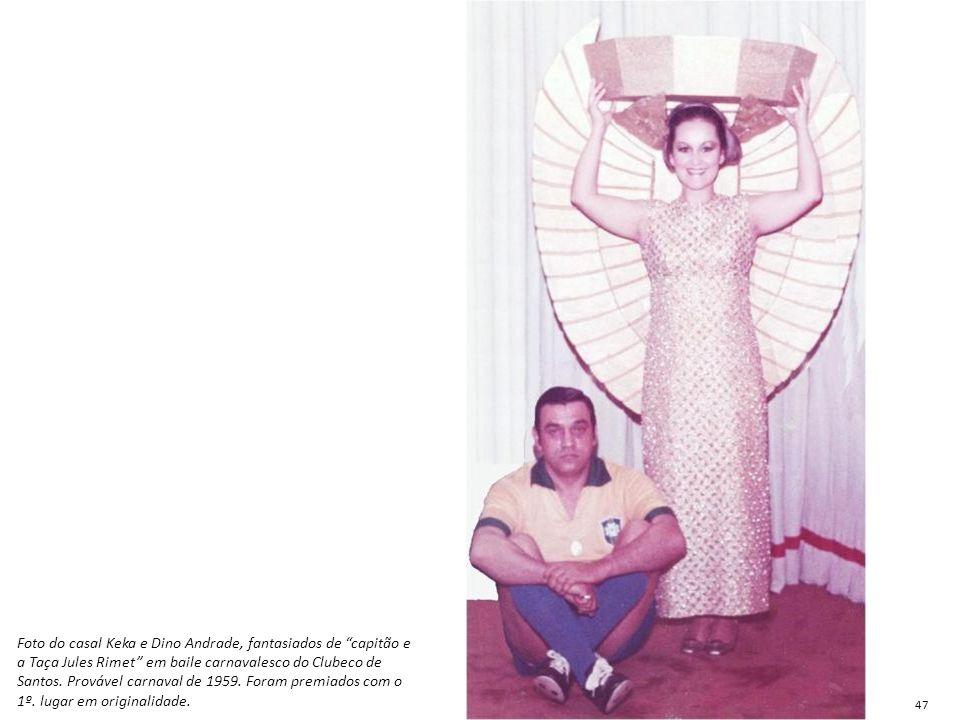 Foto do casal Keka e Dino Andrade, fantasiados de capitão e a Taça Jules Rimet em baile carnavalesco do Clubeco de Santos. Provável carnaval de 1959. Foram premiados com o 1º. lugar em originalidade.