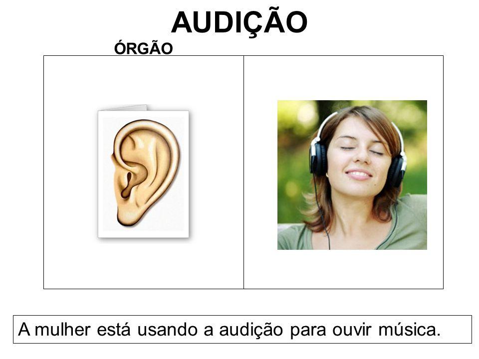 AUDIÇÃO ÓRGÃO A mulher está usando a audição para ouvir música.