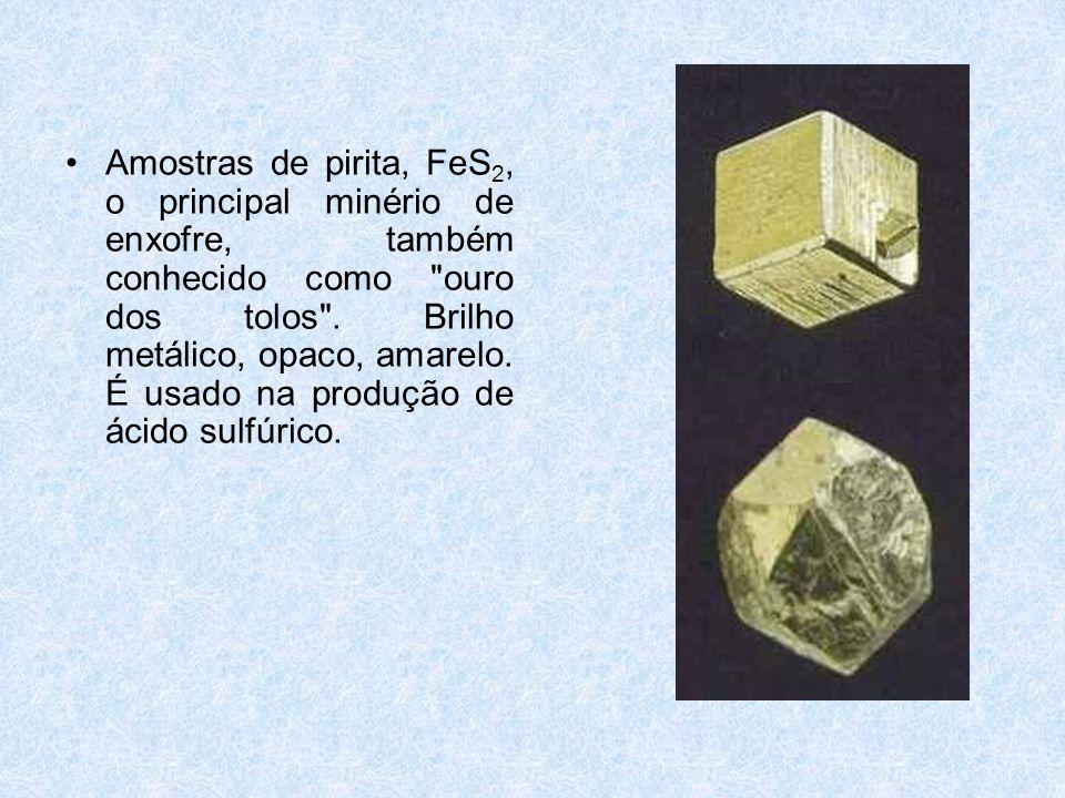 Amostras de pirita, FeS2, o principal minério de enxofre, também conhecido como ouro dos tolos .