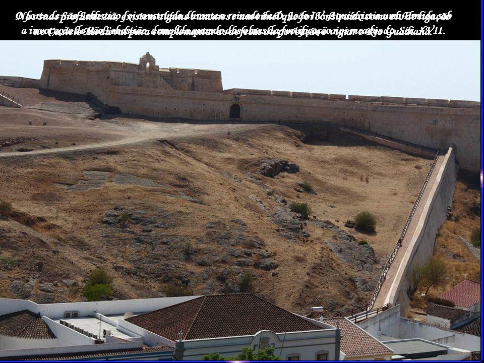 Nas suas profundezas, existem alguns buncares e um túnel que foi construído como elo de ligação ao Castelo Medieval para complementar as defesas da povoação e vigiar o Rio Guadiana.
