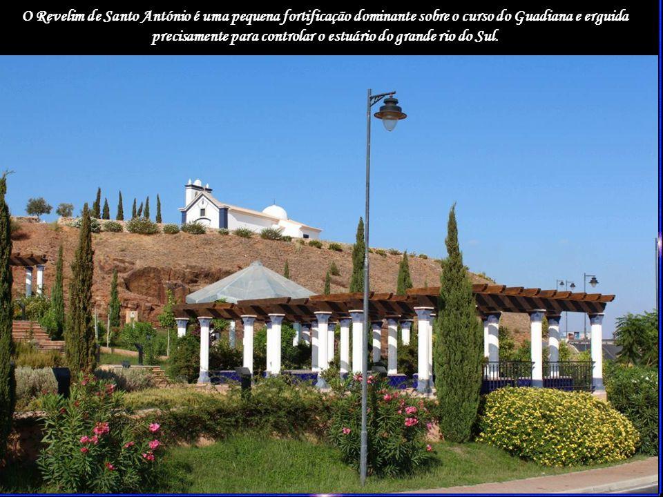 O Revelim de Santo António é uma pequena fortificação dominante sobre o curso do Guadiana e erguida precisamente para controlar o estuário do grande rio do Sul.
