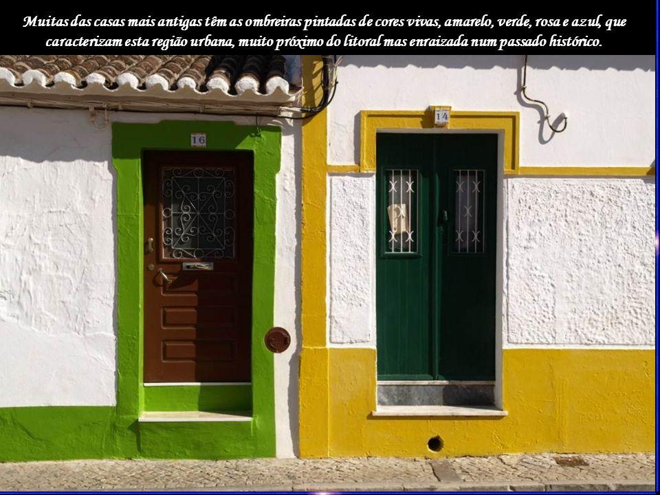 Muitas das casas mais antigas têm as ombreiras pintadas de cores vivas, amarelo, verde, rosa e azul, que caracterizam esta região urbana, muito próximo do litoral mas enraizada num passado histórico.