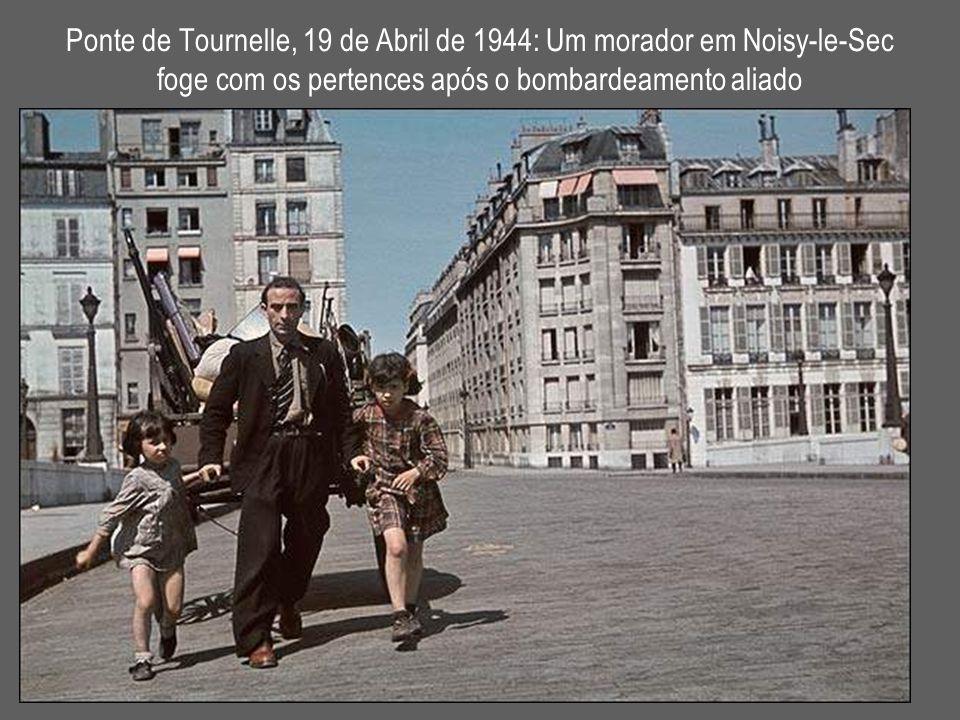 Ponte de Tournelle, 19 de Abril de 1944: Um morador em Noisy-le-Sec foge com os pertences após o bombardeamento aliado