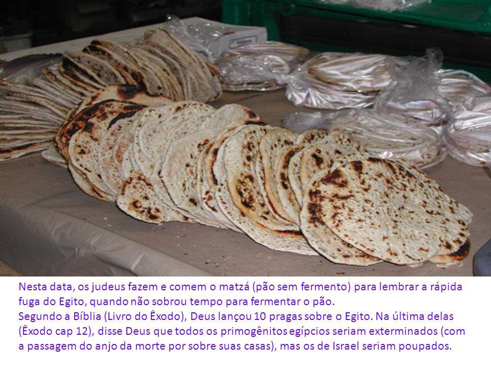 Nesta data, os judeus fazem e comem o matzá (pão sem fermento) para lembrar a rápida fuga do Egito, quando não sobrou tempo para fermentar o pão.