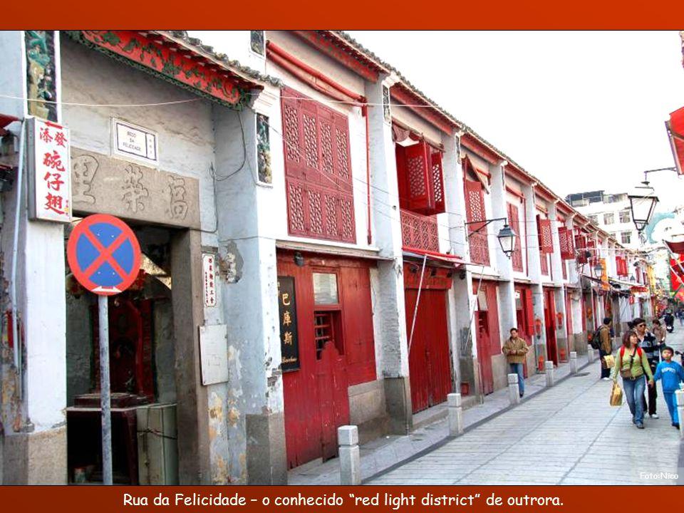 Rua da Felicidade – o conhecido red light district de outrora.