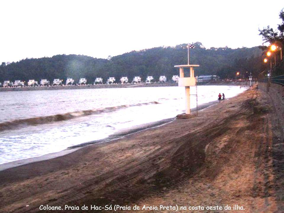 Coloane. Praia de Hac-Sá (Praia de Areia Preta) na costa oeste da ilha.