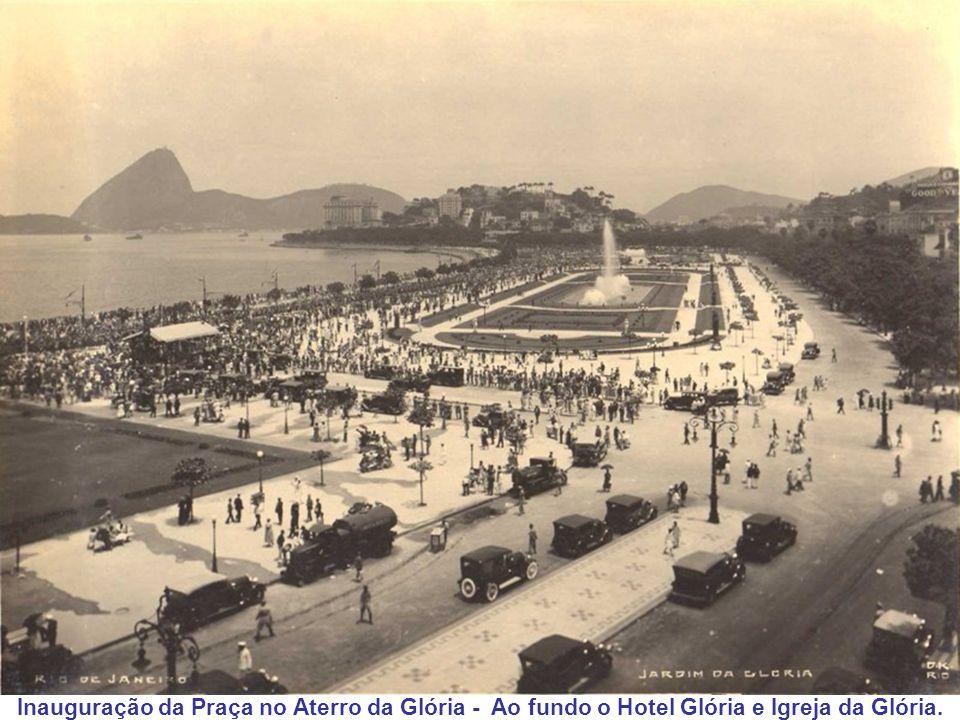 Inauguração da Praça no Aterro da Glória - Ao fundo o Hotel Glória e Igreja da Glória.
