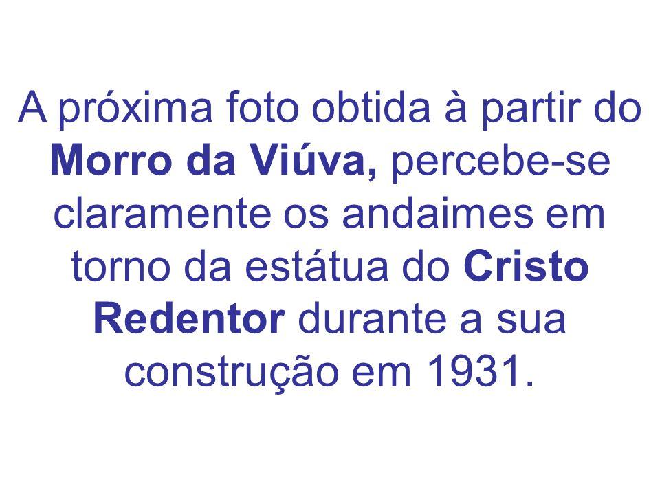 A próxima foto obtida à partir do Morro da Viúva, percebe-se claramente os andaimes em torno da estátua do Cristo Redentor durante a sua construção em 1931.