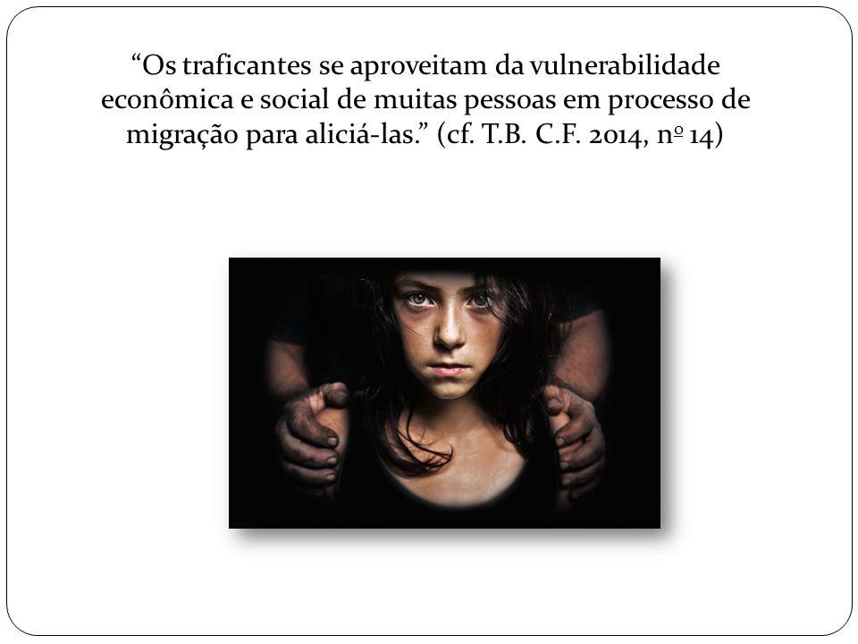 Os traficantes se aproveitam da vulnerabilidade econômica e social de muitas pessoas em processo de migração para aliciá-las. (cf.