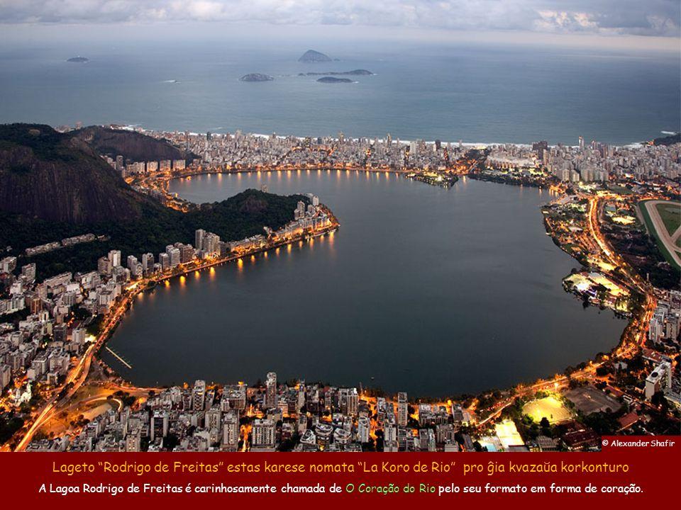 © Alexander Shafir Lageto Rodrigo de Freitas estas karese nomata La Koro de Rio pro ĝia kvazaŭa korkonturo.