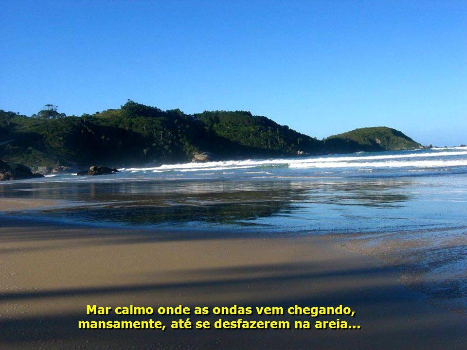 Mar calmo onde as ondas vem chegando,
