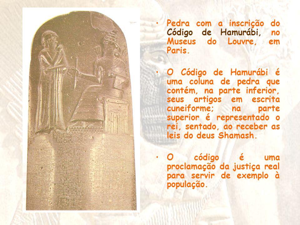 Pedra com a inscrição do Código de Hamurábi, no Museus do Louvre, em Paris.