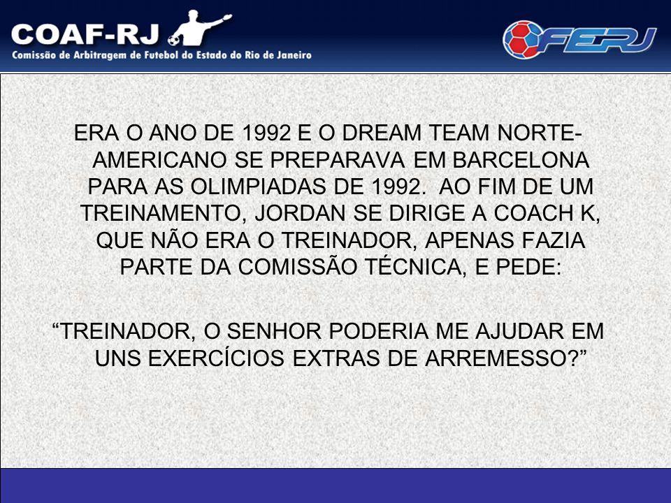ERA O ANO DE 1992 E O DREAM TEAM NORTE-AMERICANO SE PREPARAVA EM BARCELONA PARA AS OLIMPIADAS DE 1992. AO FIM DE UM TREINAMENTO, JORDAN SE DIRIGE A COACH K, QUE NÃO ERA O TREINADOR, APENAS FAZIA PARTE DA COMISSÃO TÉCNICA, E PEDE: