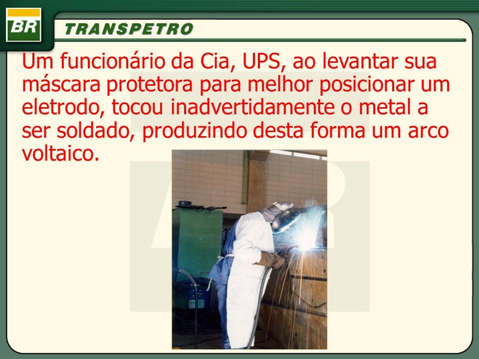 Um funcionário da Cia, UPS, ao levantar sua máscara protetora para melhor posicionar um eletrodo, tocou inadvertidamente o metal a ser soldado, produzindo desta forma um arco voltaico.