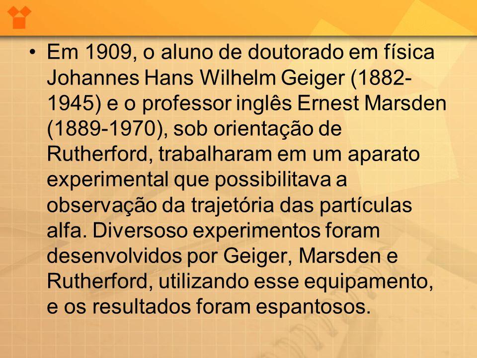 Em 1909, o aluno de doutorado em física Johannes Hans Wilhelm Geiger (1882-1945) e o professor inglês Ernest Marsden (1889-1970), sob orientação de Rutherford, trabalharam em um aparato experimental que possibilitava a observação da trajetória das partículas alfa.