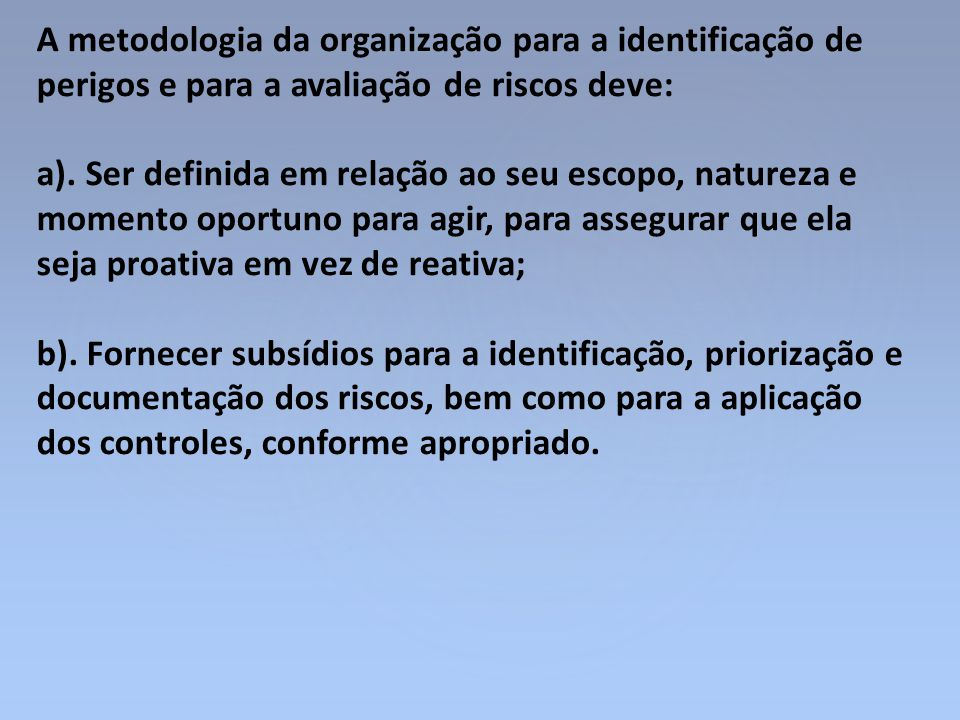 A metodologia da organização para a identificação de perigos e para a avaliação de riscos deve: