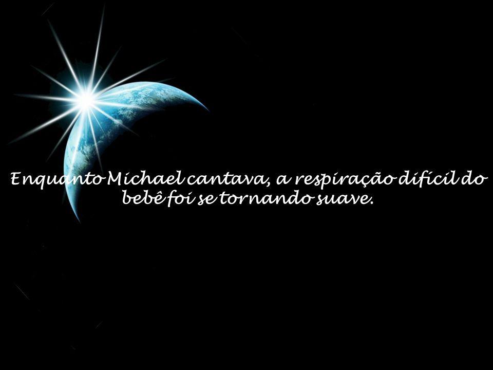 Enquanto Michael cantava, a respiração difícil do bebê foi se tornando suave.