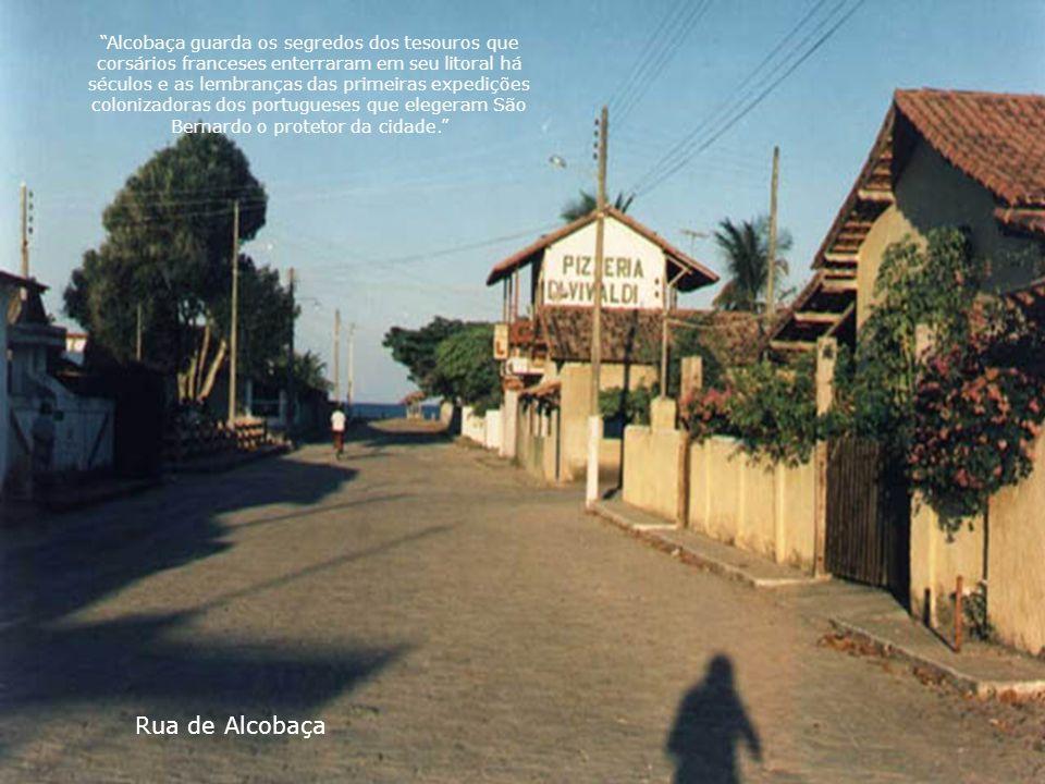 Alcobaça guarda os segredos dos tesouros que corsários franceses enterraram em seu litoral há séculos e as lembranças das primeiras expedições colonizadoras dos portugueses que elegeram São Bernardo o protetor da cidade.