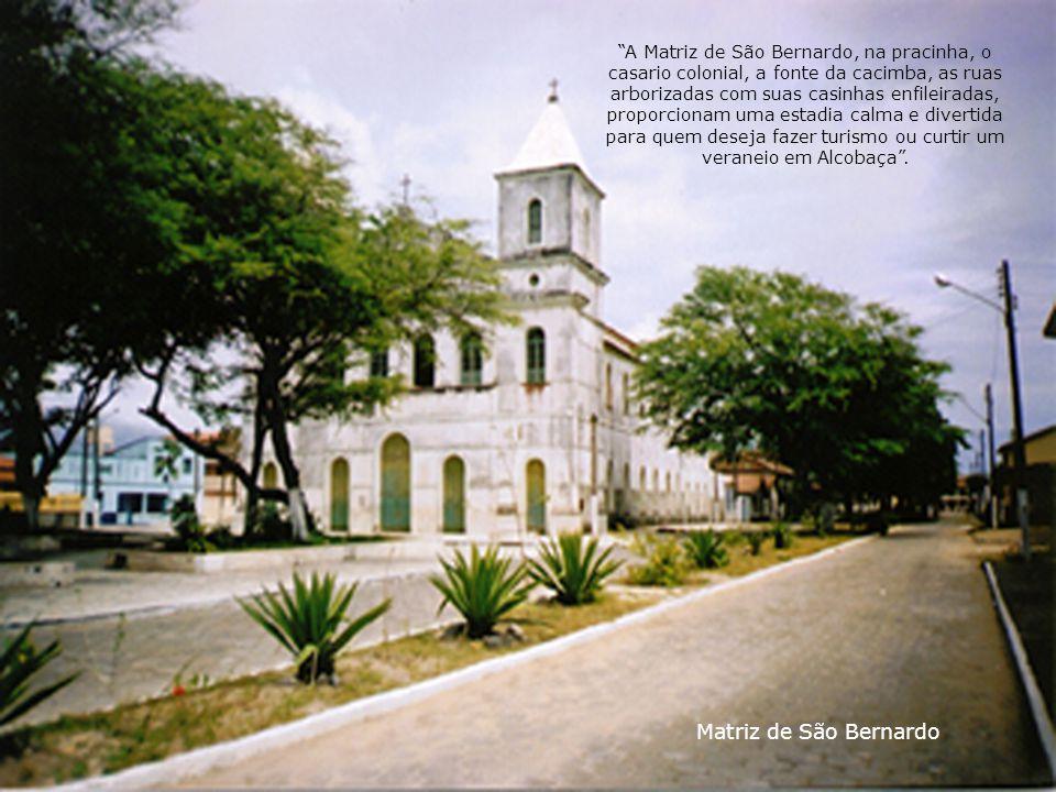 A Matriz de São Bernardo, na pracinha, o casario colonial, a fonte da cacimba, as ruas arborizadas com suas casinhas enfileiradas, proporcionam uma estadia calma e divertida para quem deseja fazer turismo ou curtir um veraneio em Alcobaça .