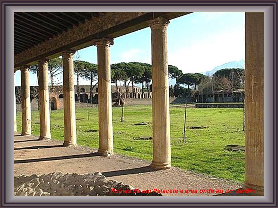 Ruínas de um Palacete e área onde foi um Jardim