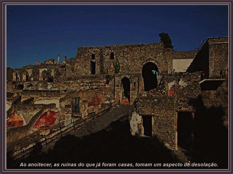 Ao anoitecer, as ruínas do que já foram casas, tomam um aspecto de desolação.