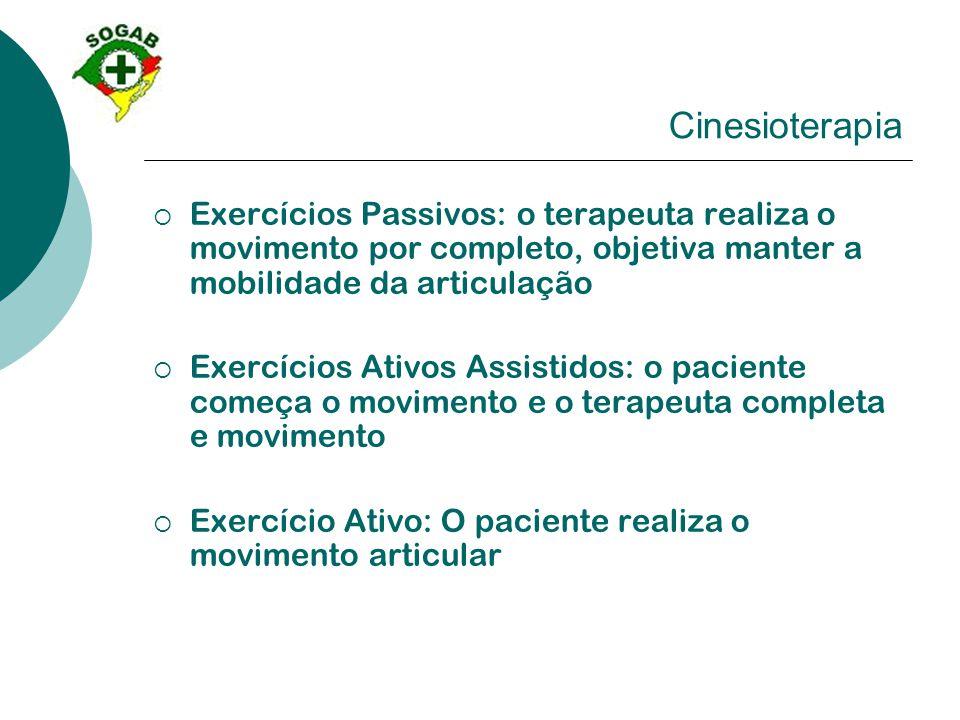 Cinesioterapia Exercícios Passivos: o terapeuta realiza o movimento por completo, objetiva manter a mobilidade da articulação.