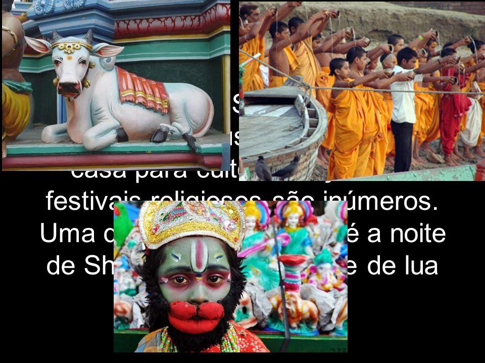 Rituais e dias Santos: A maior parte dos hindus tem altares em casa para culto e oração.