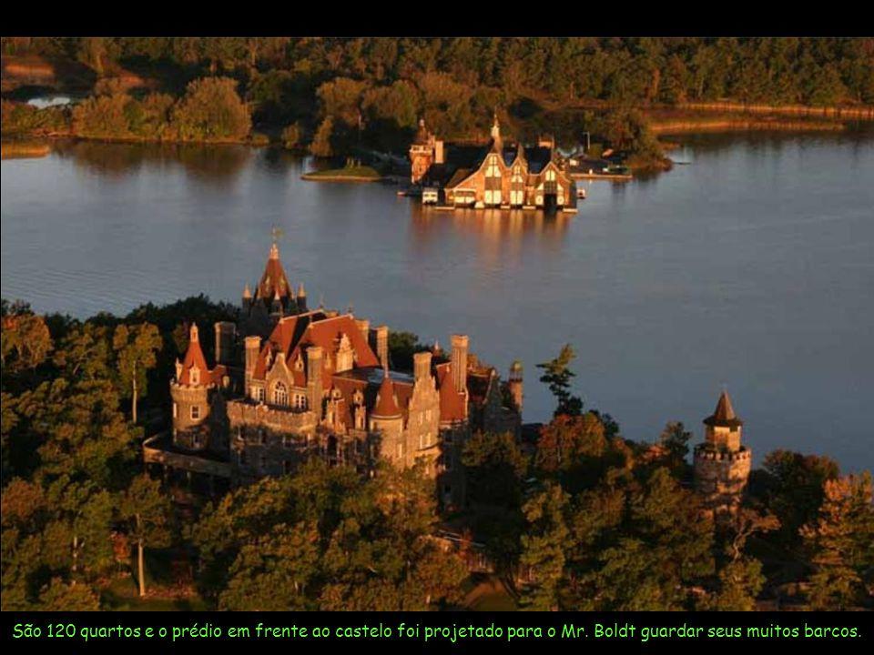 São 120 quartos e o prédio em frente ao castelo foi projetado para o Mr.