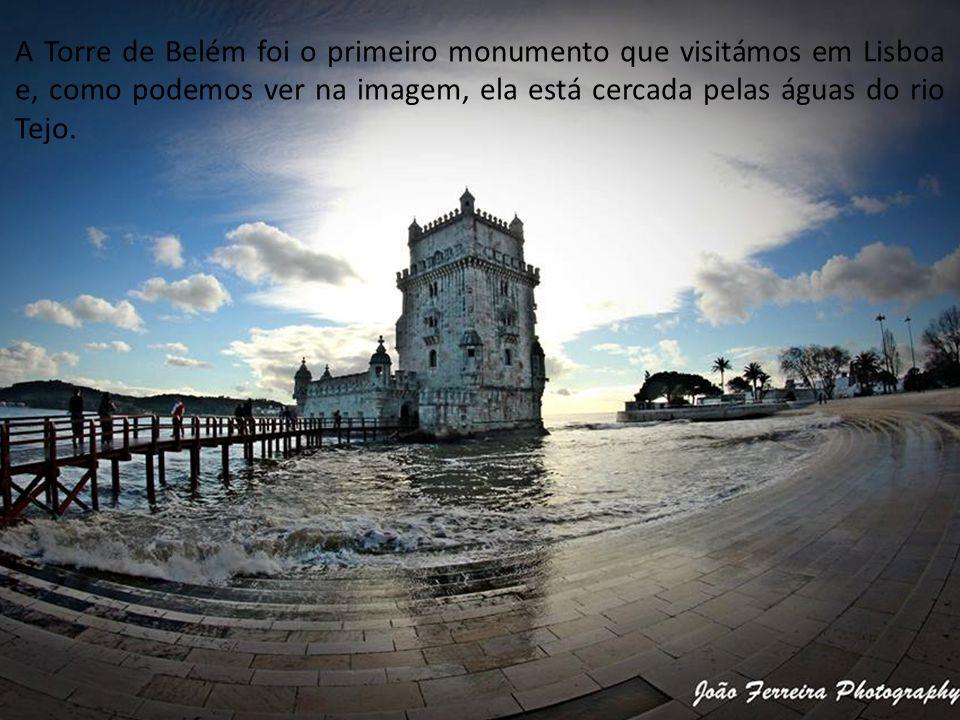 A Torre de Belém foi o primeiro monumento que visitámos em Lisboa e, como podemos ver na imagem, ela está cercada pelas águas do rio Tejo.