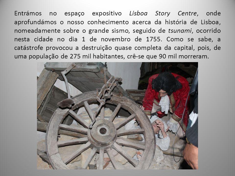 Entrámos no espaço expositivo Lisboa Story Centre, onde aprofundámos o nosso conhecimento acerca da história de Lisboa, nomeadamente sobre o grande sismo, seguido de tsunami, ocorrido nesta cidade no dia 1 de novembro de 1755.