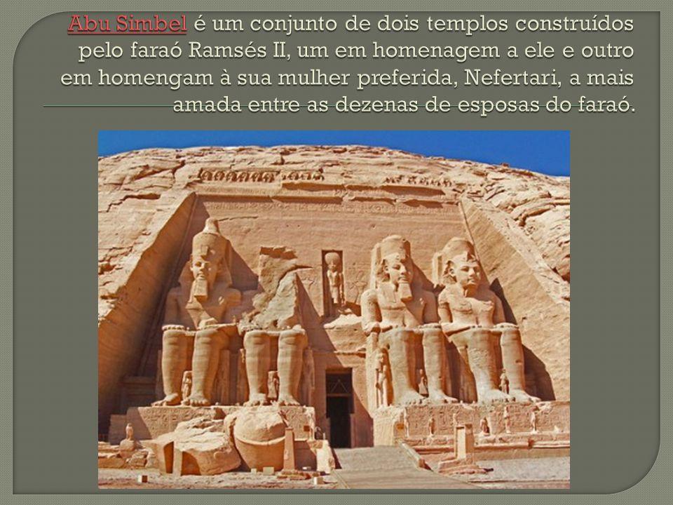 Abu Simbel é um conjunto de dois templos construídos pelo faraó Ramsés II, um em homenagem a ele e outro em homengam à sua mulher preferida, Nefertari, a mais amada entre as dezenas de esposas do faraó.