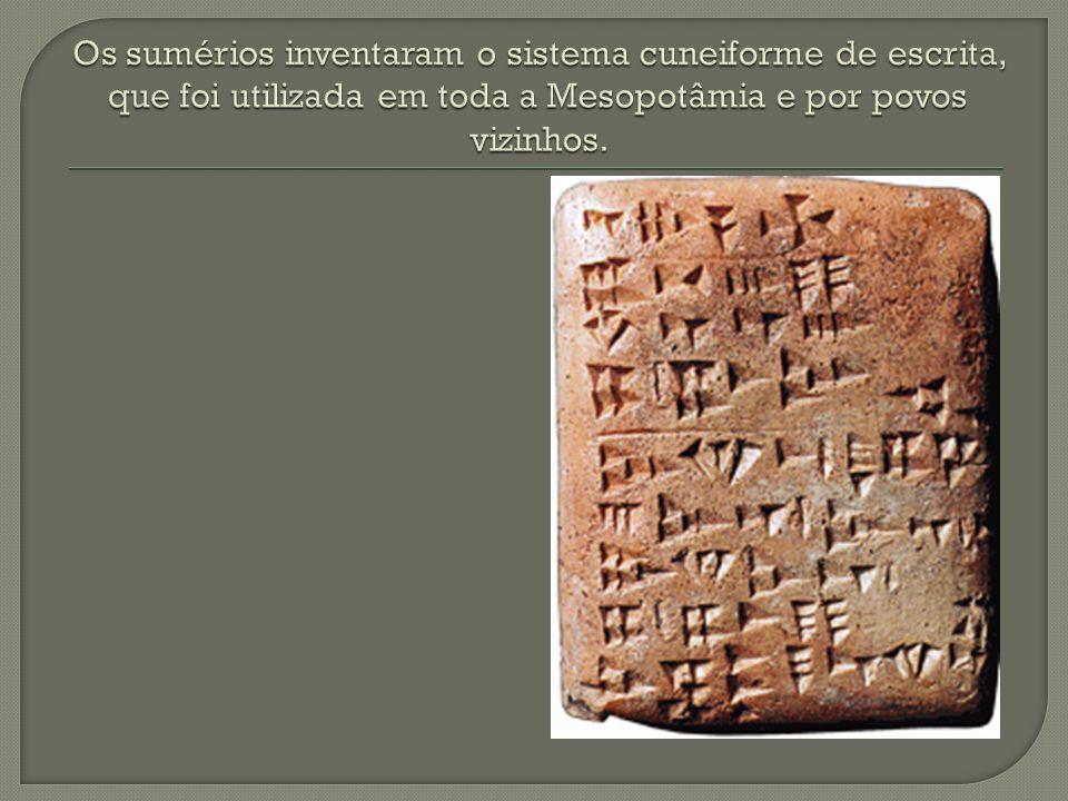 Os sumérios inventaram o sistema cuneiforme de escrita, que foi utilizada em toda a Mesopotâmia e por povos vizinhos.
