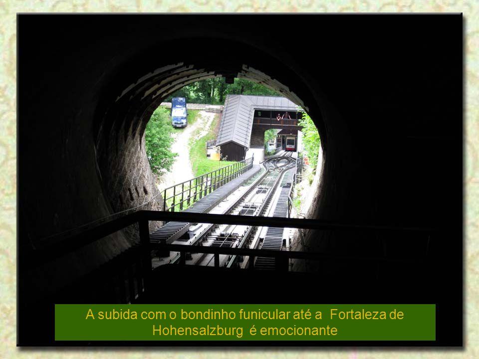 A subida com o bondinho funicular até a Fortaleza de Hohensalzburg é emocionante