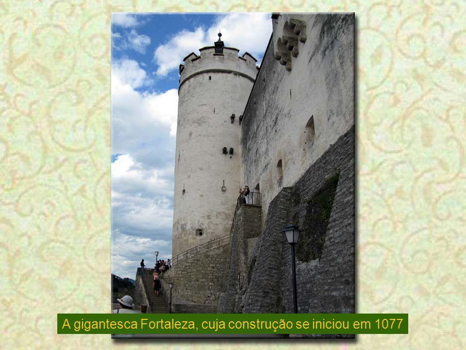 A gigantesca Fortaleza, cuja construção se iniciou em 1077