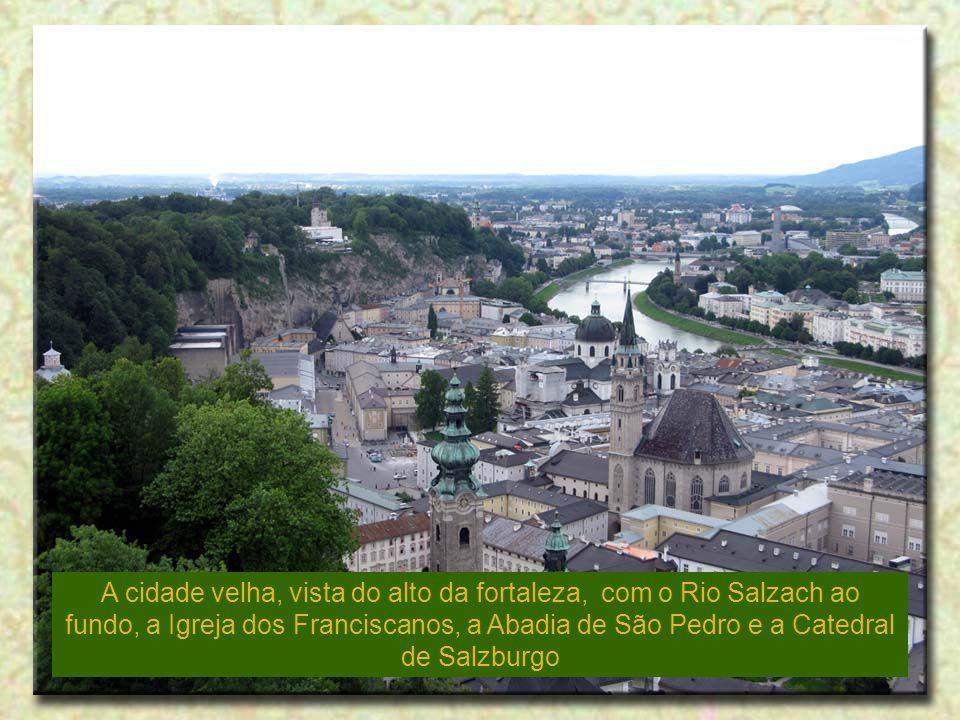 A cidade velha, vista do alto da fortaleza, com o Rio Salzach ao fundo, a Igreja dos Franciscanos, a Abadia de São Pedro e a Catedral de Salzburgo