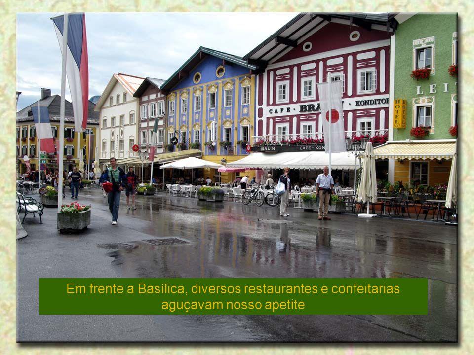 Em frente a Basílica, diversos restaurantes e confeitarias aguçavam nosso apetite