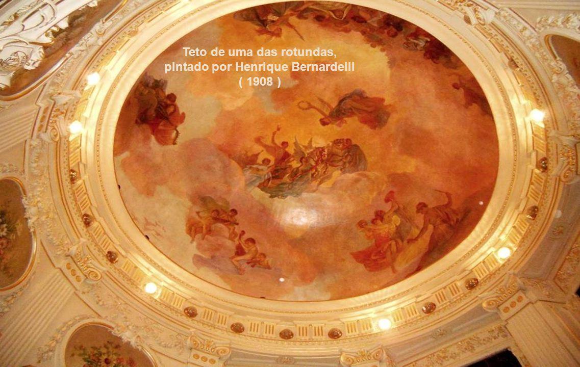 Teto de uma das rotundas, pintado por Henrique Bernardelli