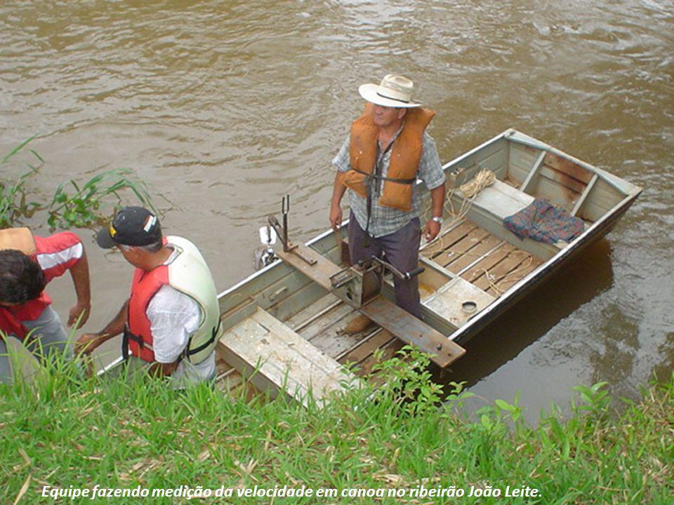 Equipe fazendo medição da velocidade em canoa no ribeirão João Leite.