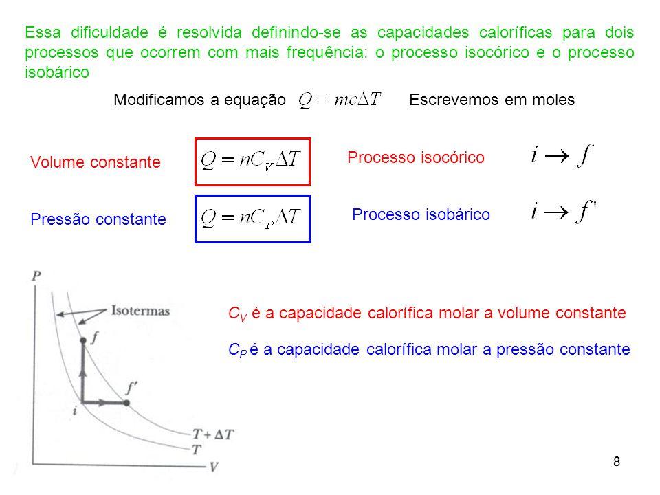 Essa dificuldade é resolvida definindo-se as capacidades caloríficas para dois processos que ocorrem com mais frequência: o processo isocórico e o processo isobárico