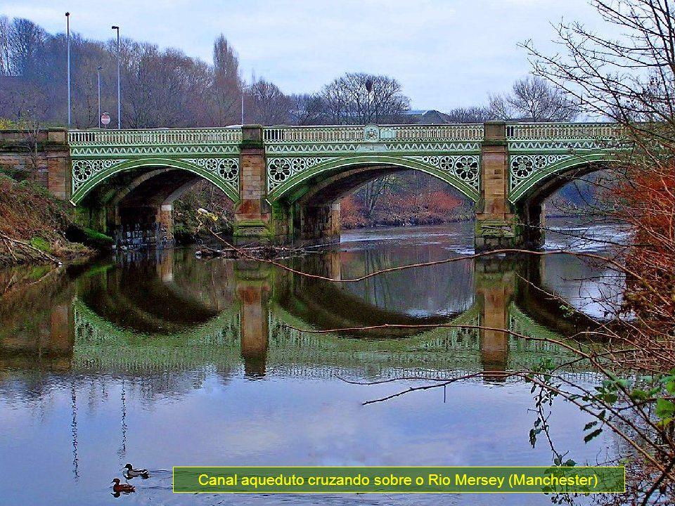 Canal aqueduto cruzando sobre o Rio Mersey (Manchester)