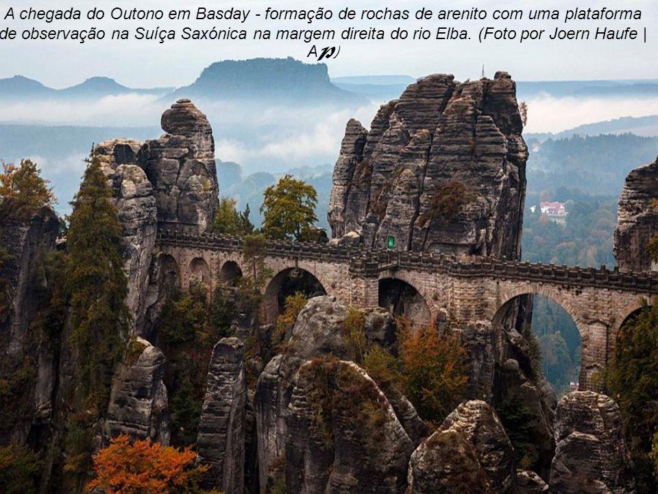 A chegada do Outono em Basday - formação de rochas de arenito com uma plataforma de observação na Suíça Saxónica na margem direita do rio Elba.