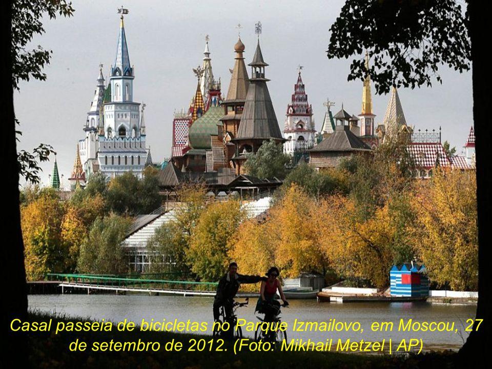 Casal passeia de bicicletas no Parque Izmailovo, em Moscou, 27 de setembro de 2012.