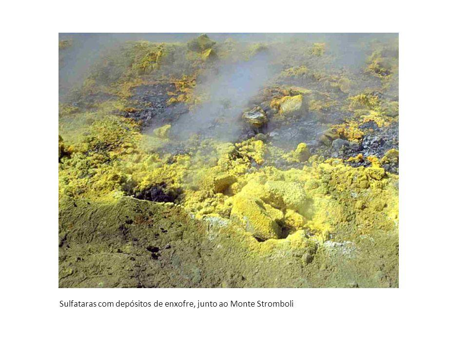 Sulfataras com depósitos de enxofre, junto ao Monte Stromboli