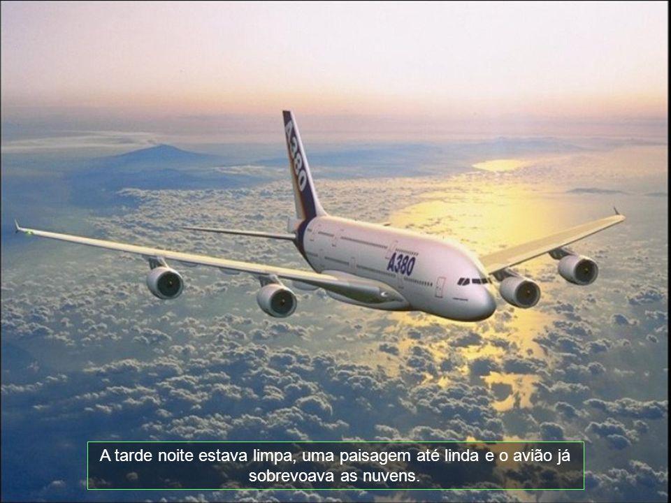 A tarde noite estava limpa, uma paisagem até linda e o avião já sobrevoava as nuvens.