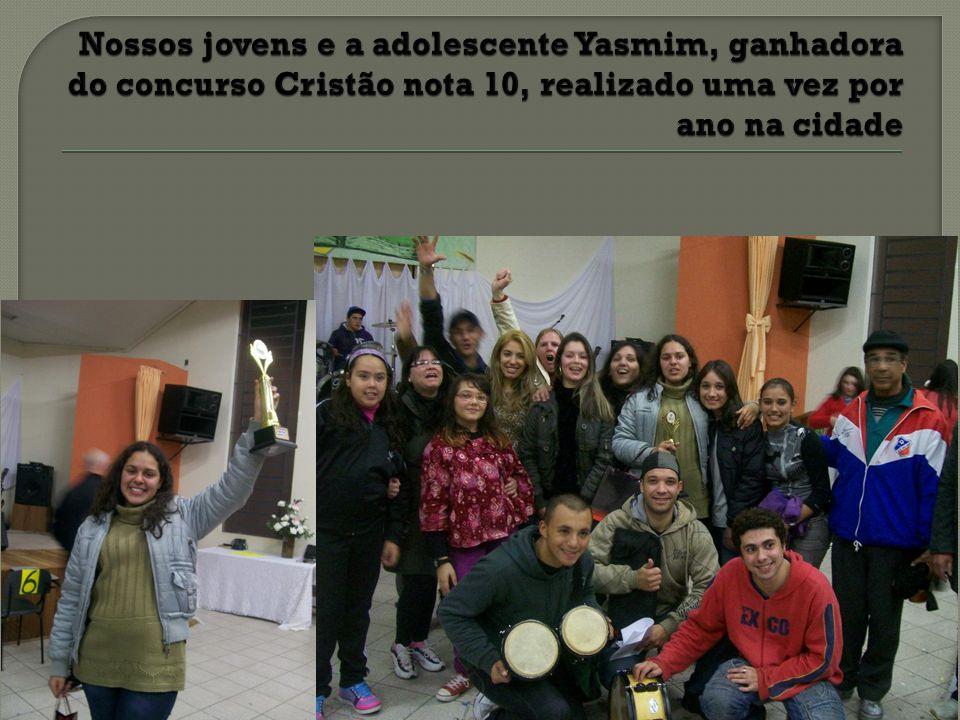 Nossos jovens e a adolescente Yasmim, ganhadora do concurso Cristão nota 10, realizado uma vez por ano na cidade