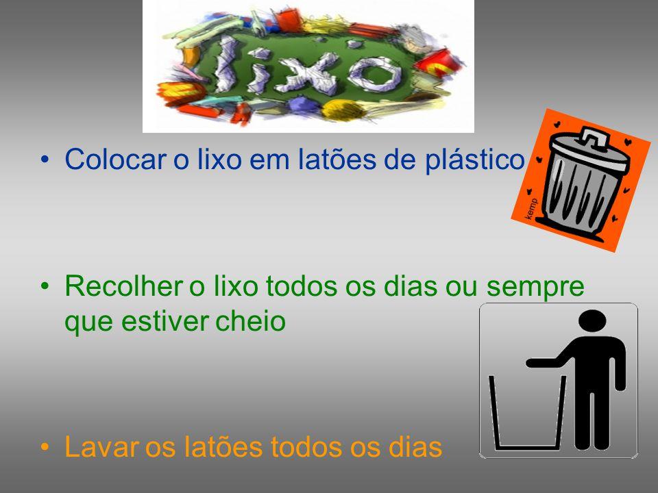 Colocar o lixo em latões de plástico