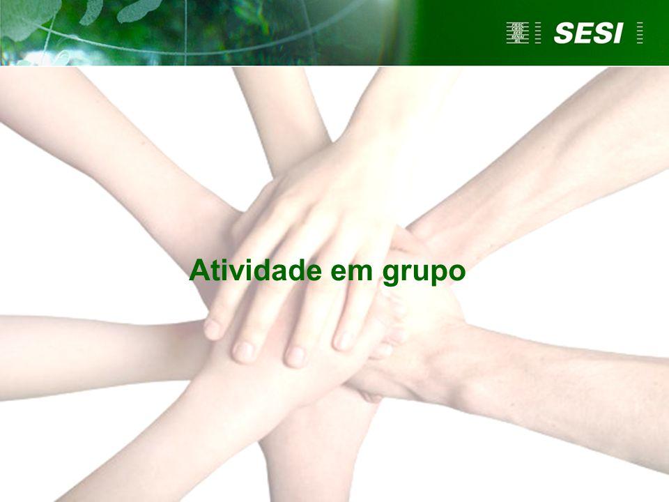 Atividade em grupo Solicitar que os participantes formem grupos de três pessoas.